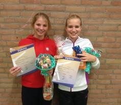 Marieke en Kristie met hun diploma